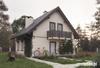 Projekt domu Alan - dom z przeszkleniem w salonie, doświetlającym wnętrze domu